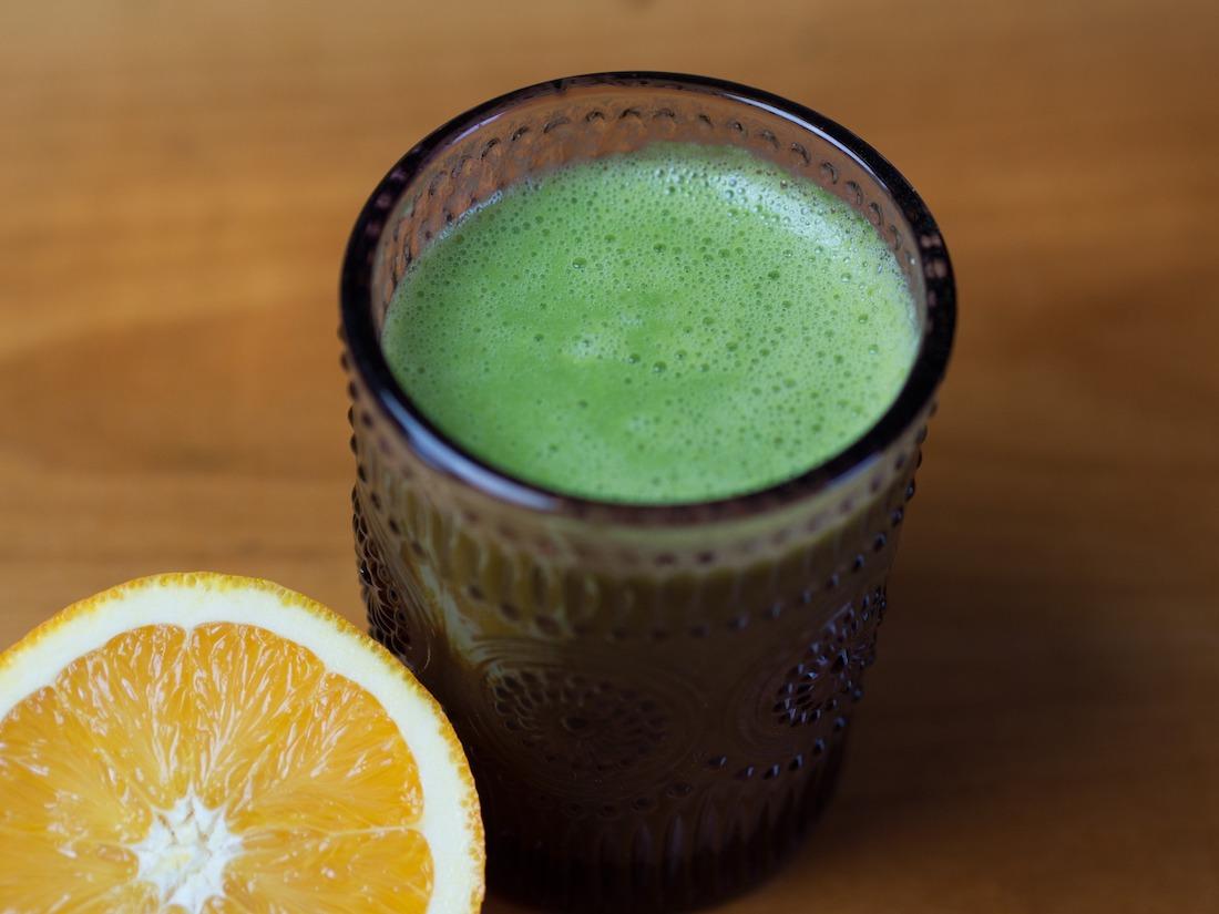 smoothie verde con naranja