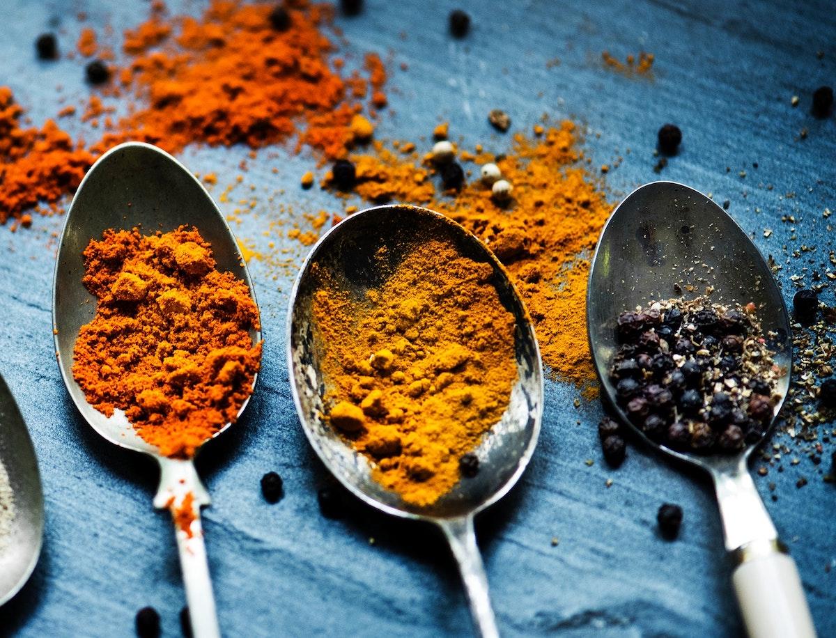 Cúrcuma y pimienta negra, dos ingredientes que unidos son aún mejor